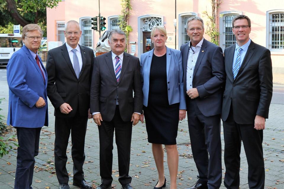 3.v.l. Innenminister NRW Herbet Reul (Bild: Robert Scheuermeyer)