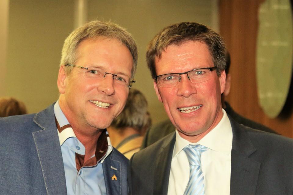 Bürgermeister Marcus Mombauer gratuliert Stephan Santelmann zur erfolgreichen Landratswahl im Rheinisch-Bergischen Kreis.